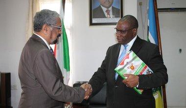 5 janvier 2015 - Le Chef de la Mission d'observation électorale des Nations Unies au Burundi, Cassam Uteem, a été reçu lundi après-midi par le Ministre des Relations Extérieures et de la Coopération Internationale du Burundi, Laurent Kavakure.