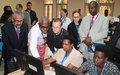 Cassam Uteem visite le centre de traitement des données de la CENI